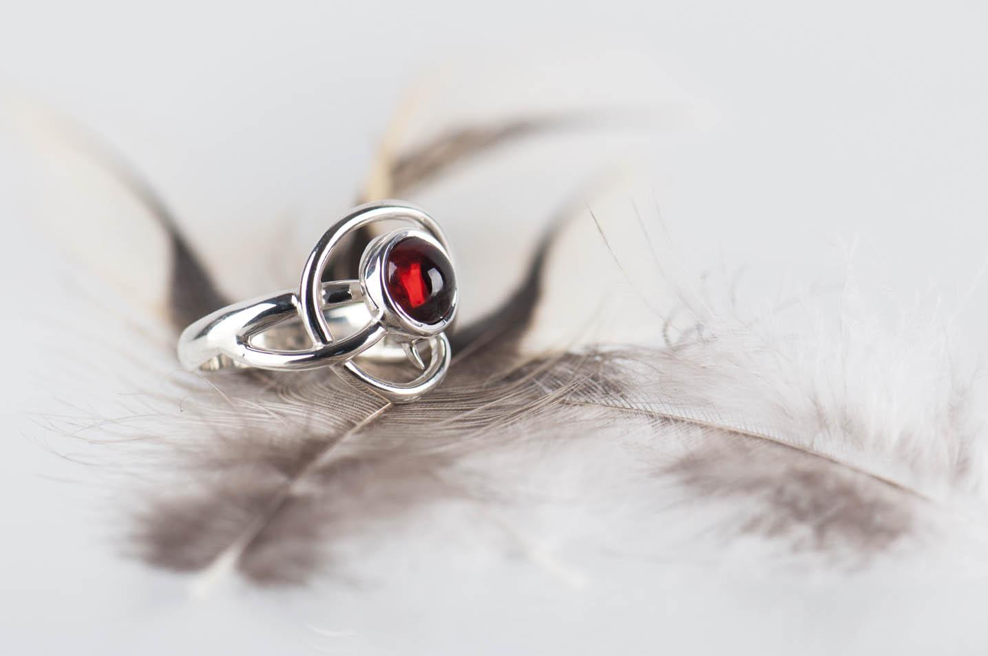 pierścionek zgranatem