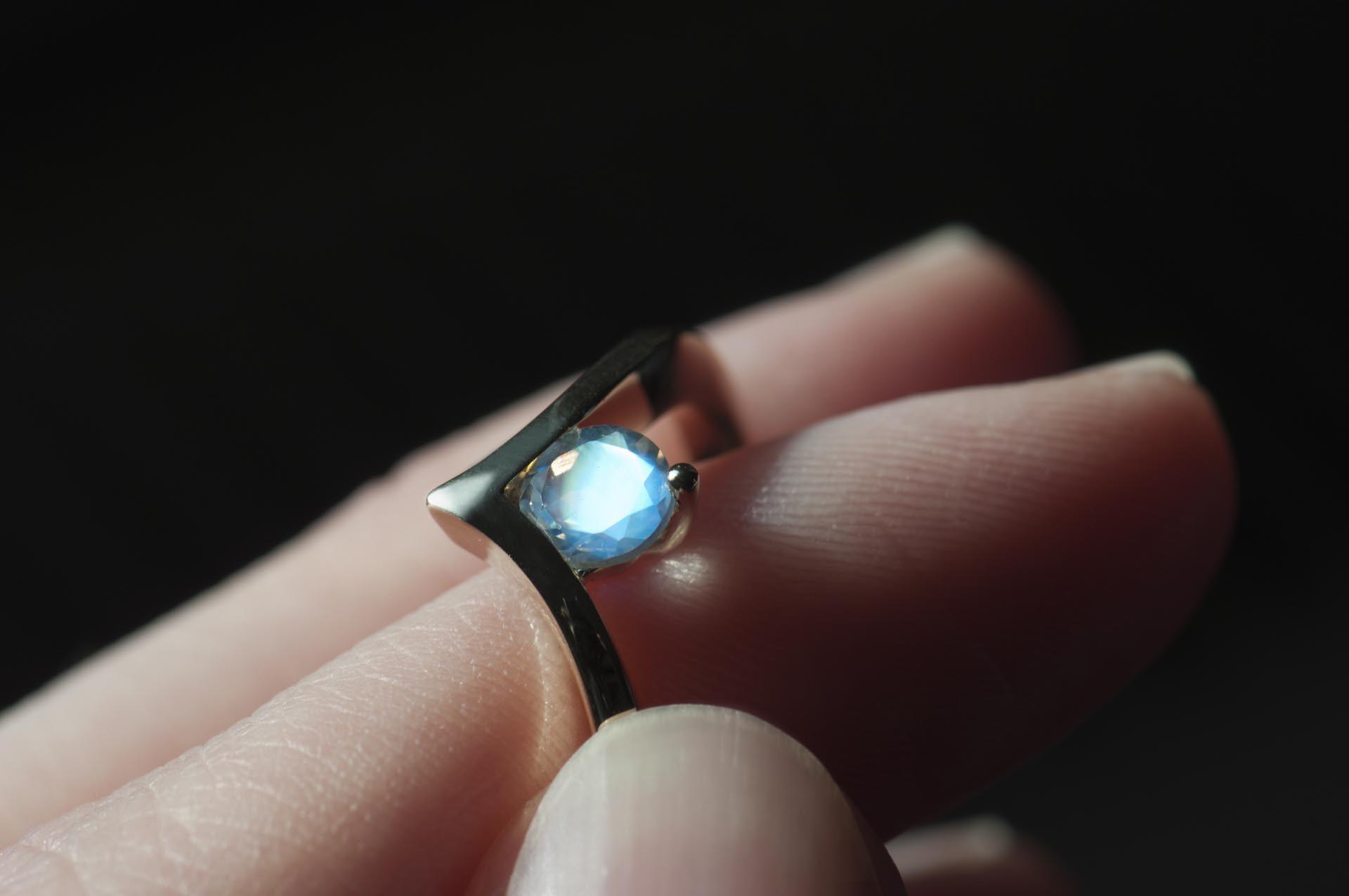 złoty pierścionek zkamieniem księżycowym