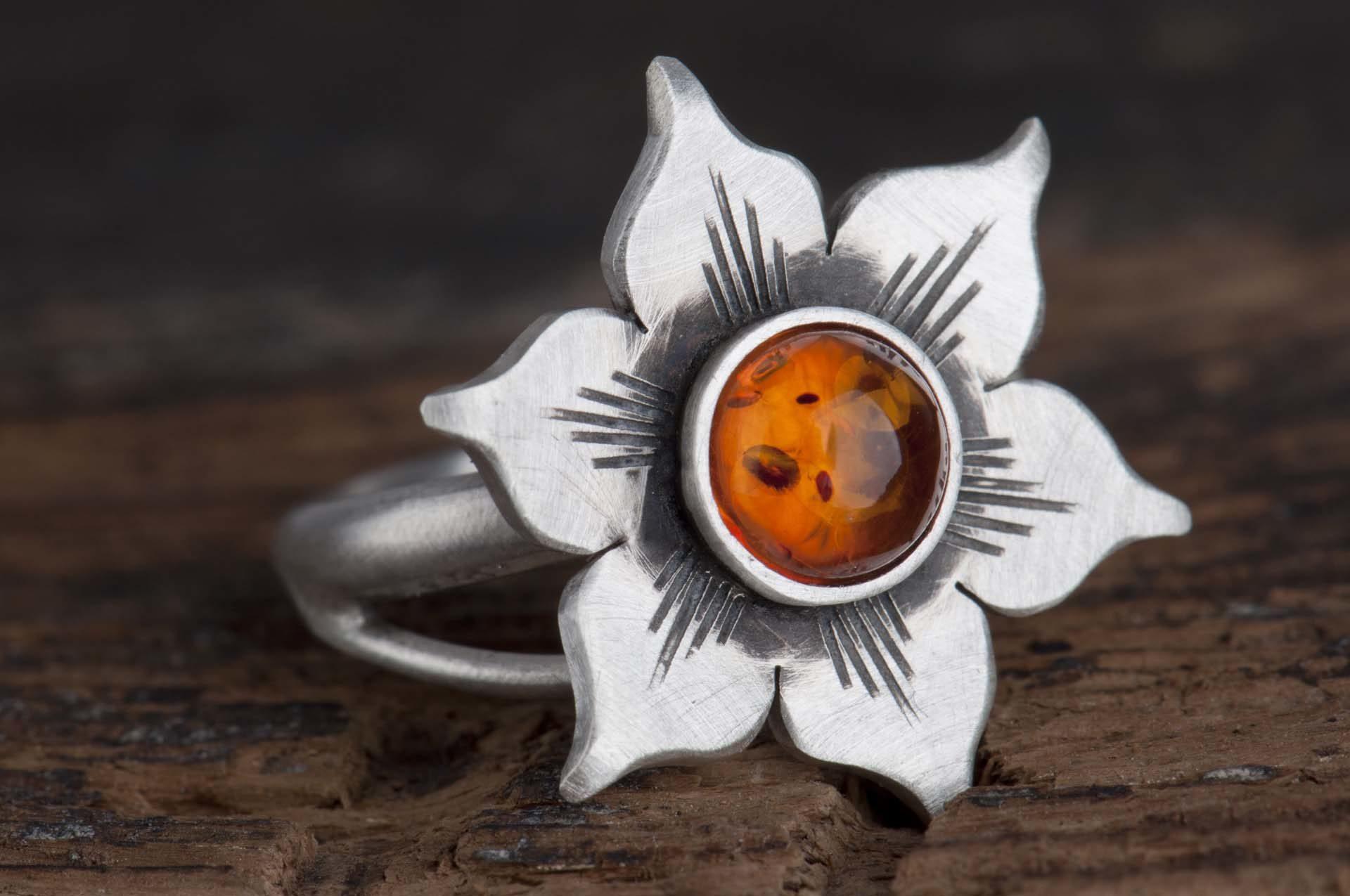 Pierścionek kwiat zbursztynem