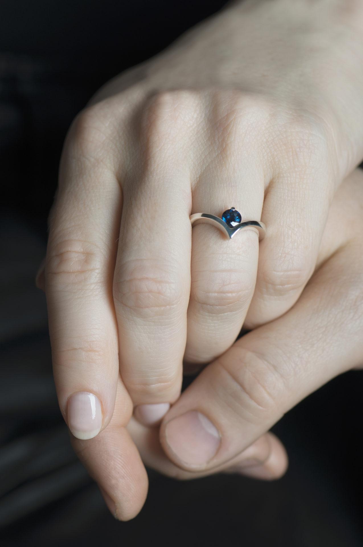 pierścionek znaturalnym szafirem