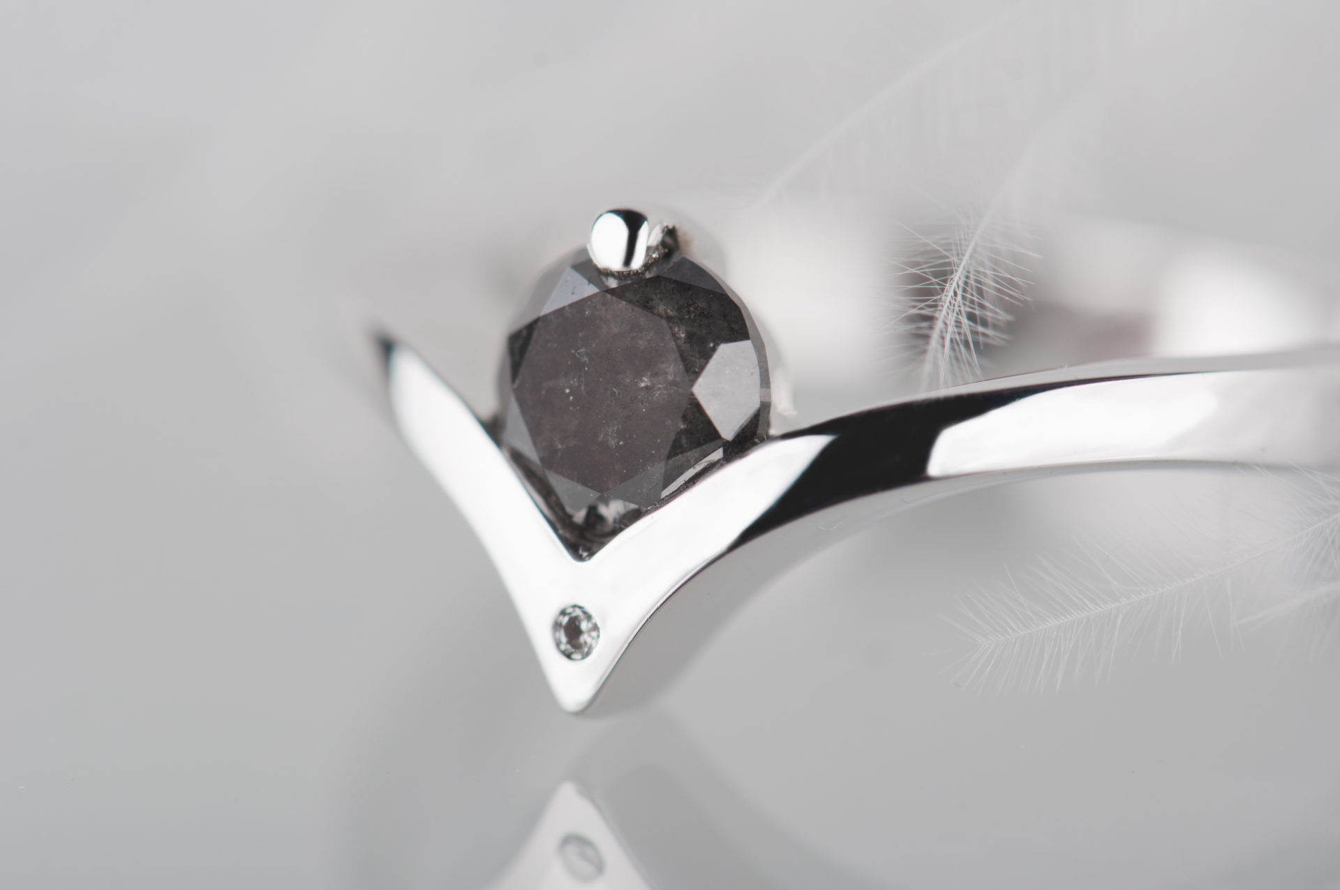pierścionek zaręczynowy zdiamentem sól ipieprz