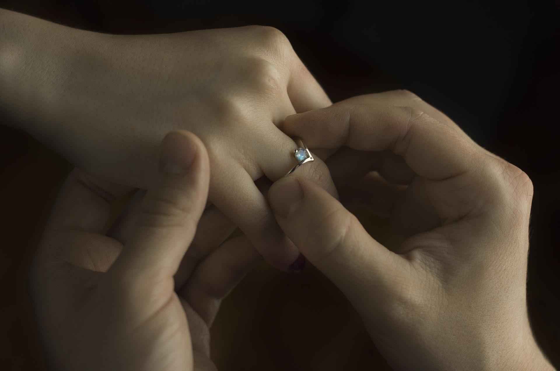 pierścionek zaręczynowy zkamieniem ksieżycowym