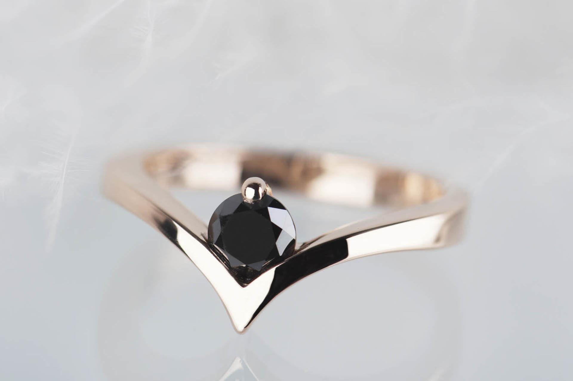 pierścionek zróżowego złota zkamieniem księżcyowym
