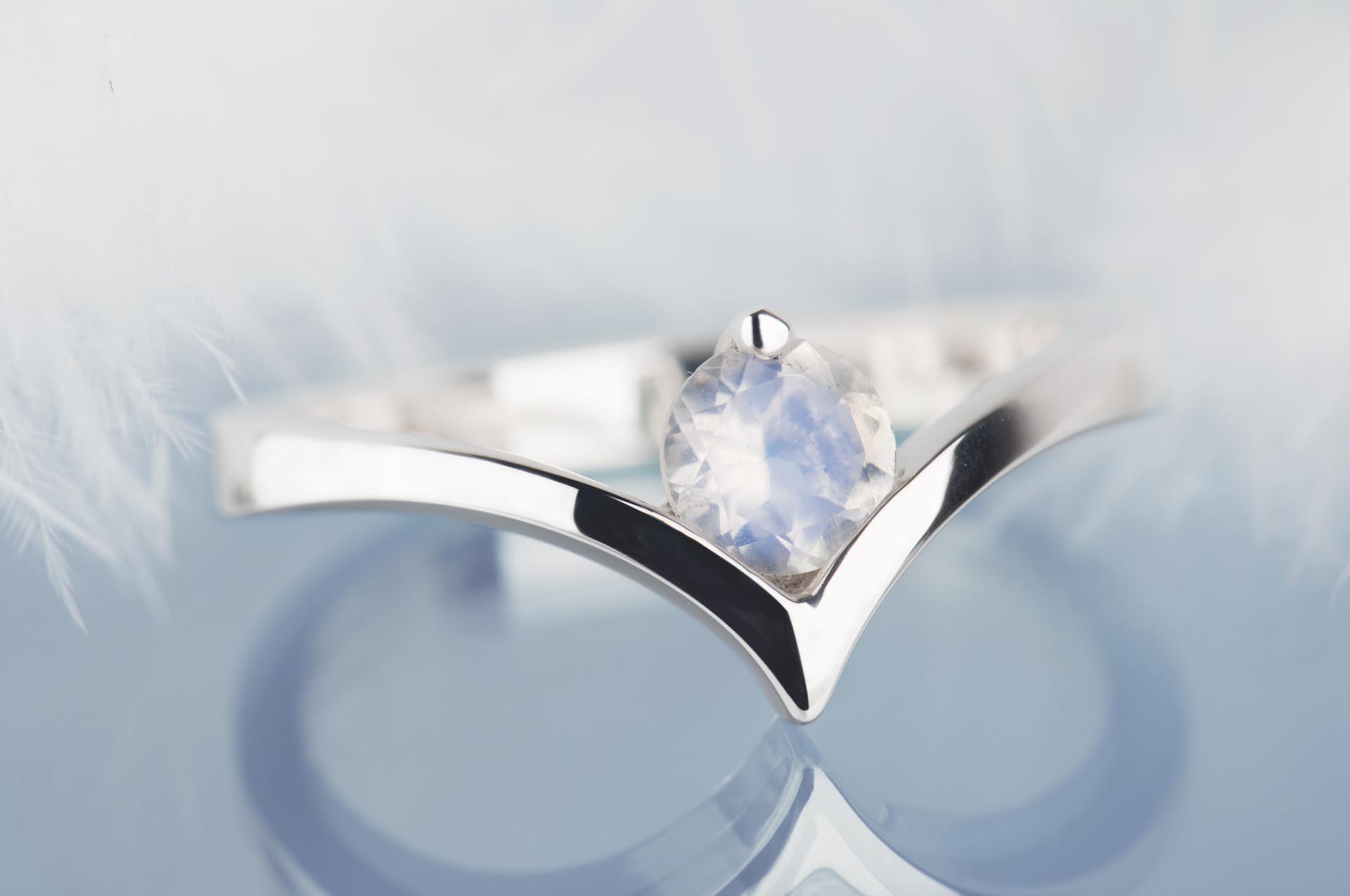 pierścinek zesrebra zkamieniem księżycowym