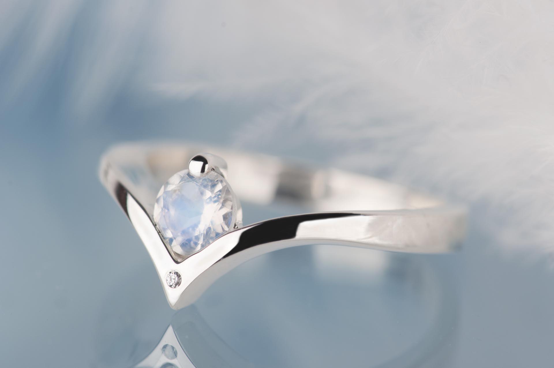 srebrny pierścionek zkamieniem księżycowym idiamentem