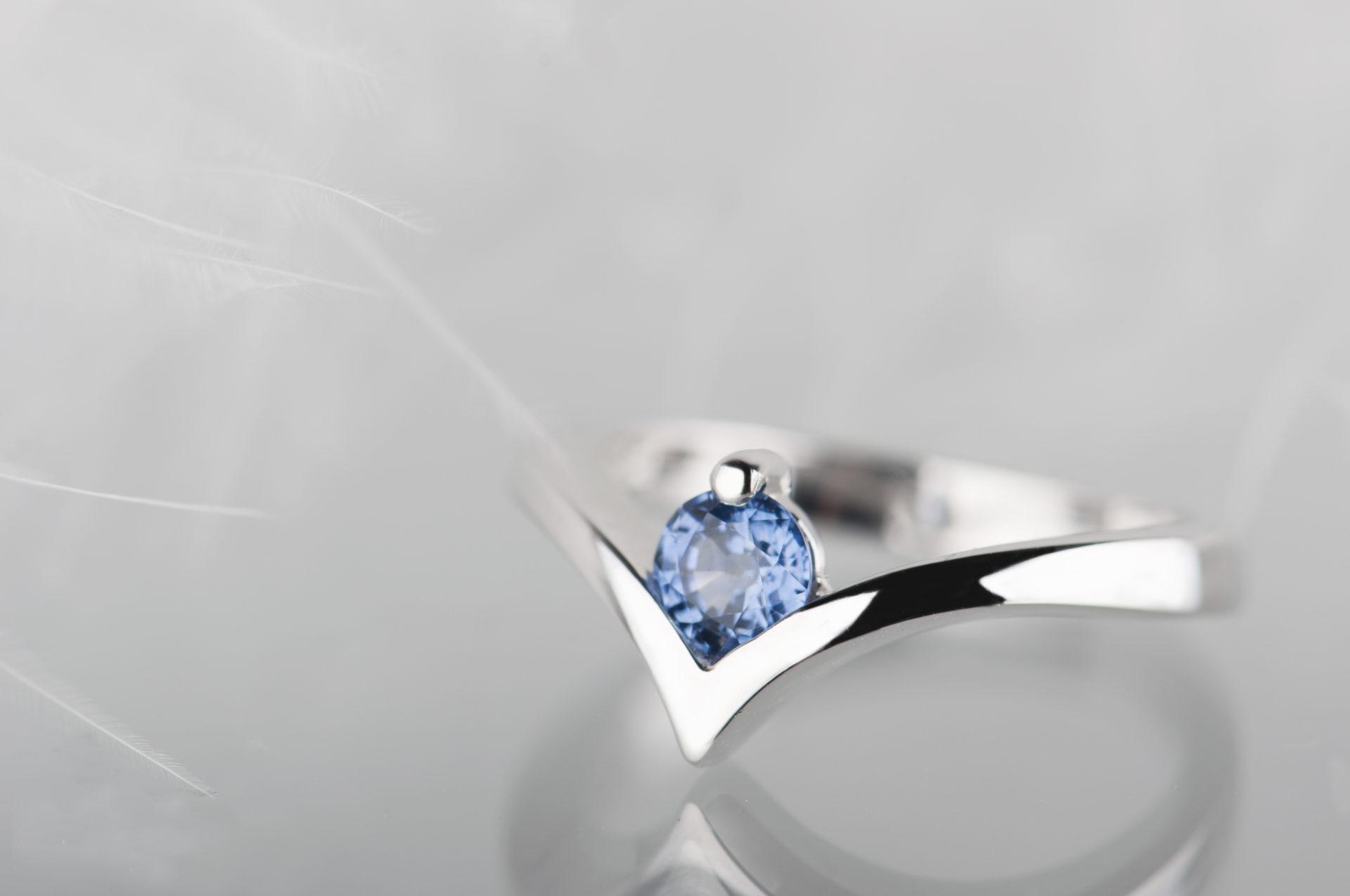 pierścionek znaturalnym jasnym niebieskim szafirem