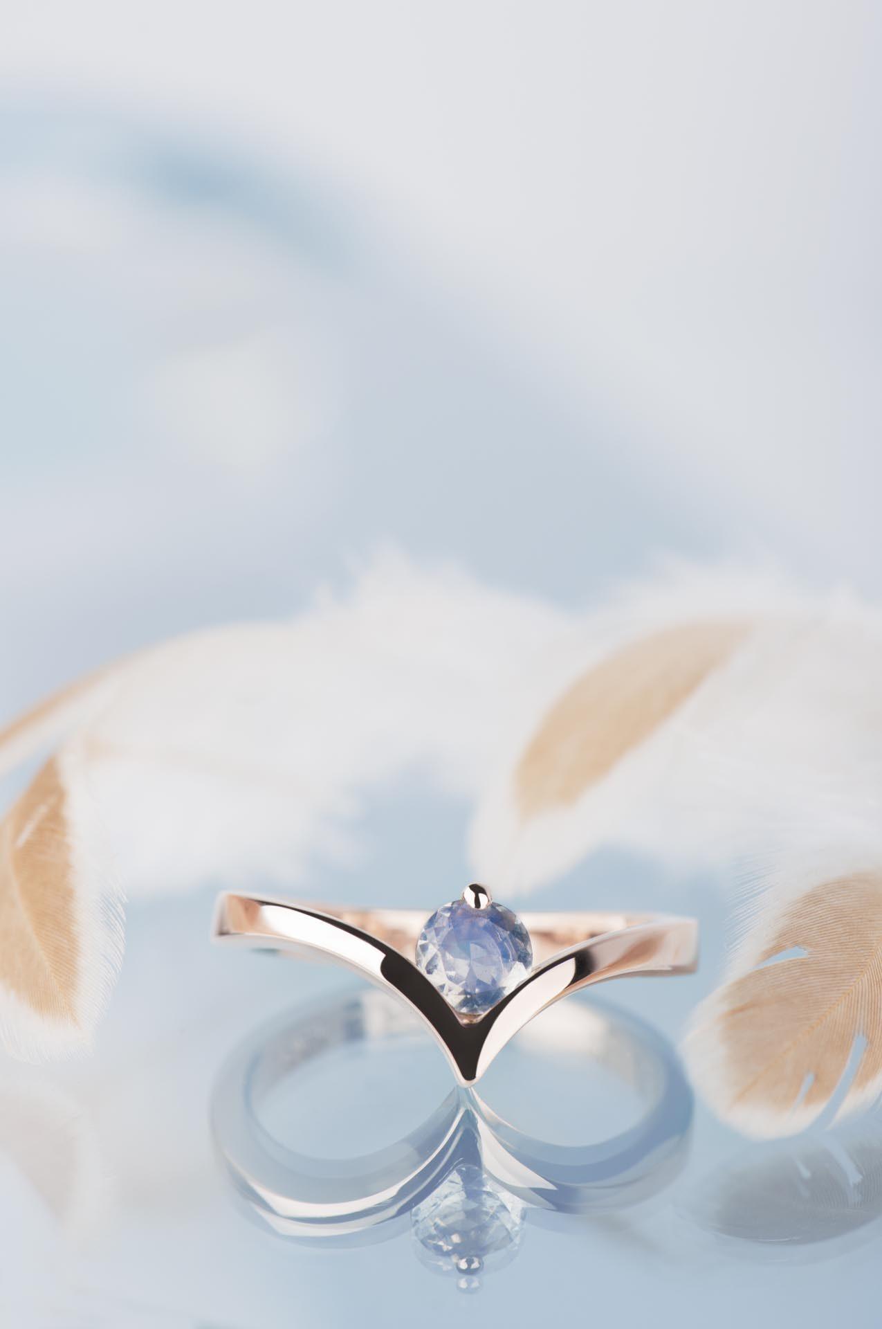 pierścionek chevron zkamieniem księżycowym