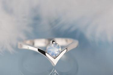 srebrny pierścionek z kamieniem księżycowym