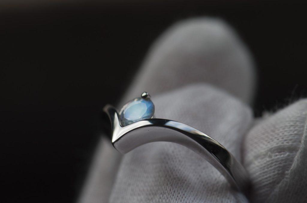 pierścionek zkamieniem księżycowym białe złoto