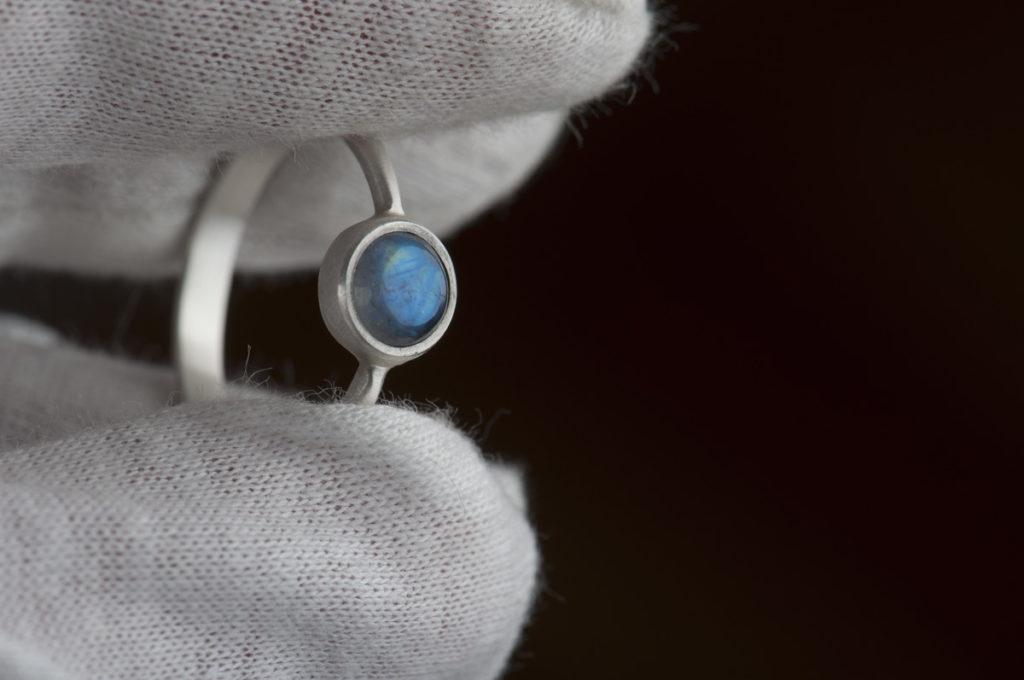pierścionek zkamieniem księżycowym