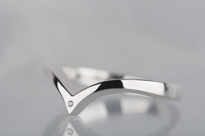 minimalistyczny pierścionek z niewielkim diamentem