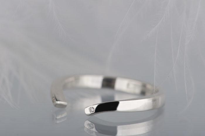 otwarty pierścionke z brylantami