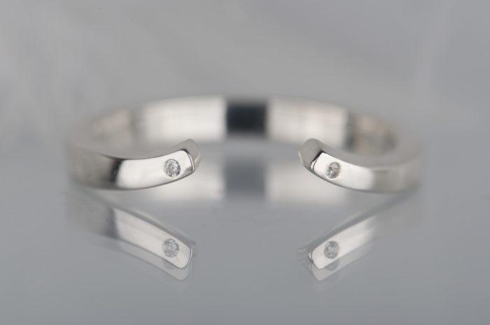 otwarty pierścionek z diamentami
