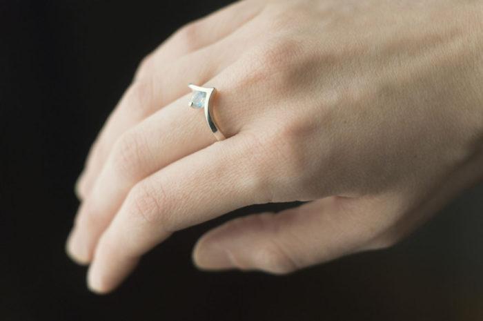 pierścionek z białego złota z kamieniem księżycowym