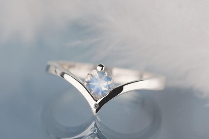 pierścionek z kamieniem księżycowym i diamentem