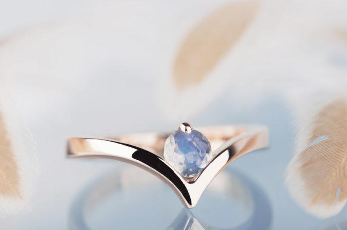 pierścionek z kamieniem księżycowym różowe złoto