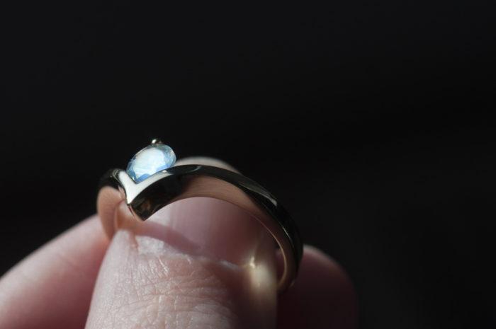 pierścionek chevron z kamieniem księżycowym