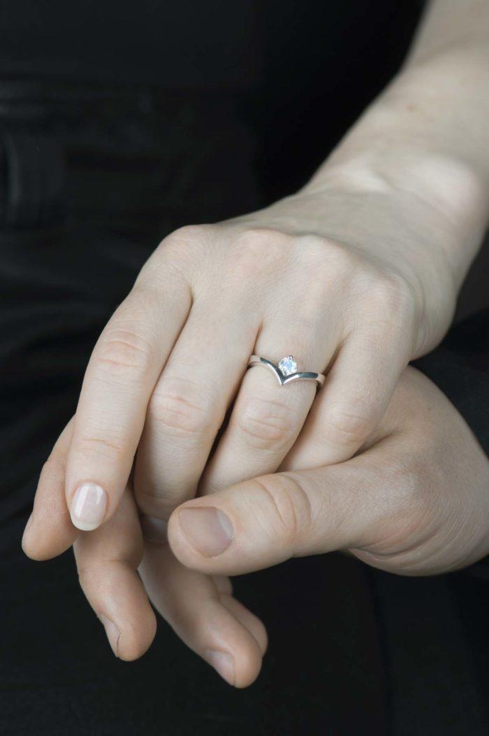 pierścionek z kamieniem księżycowym ze srebra
