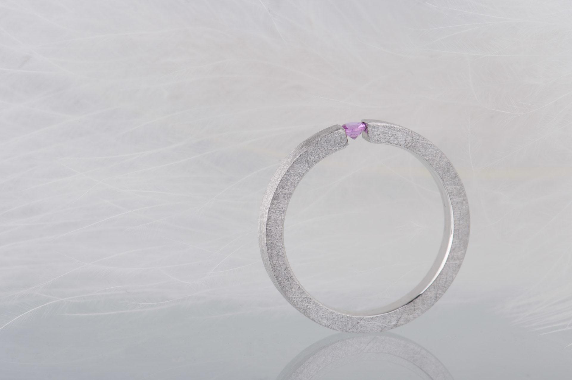 pierścionek z rubinem