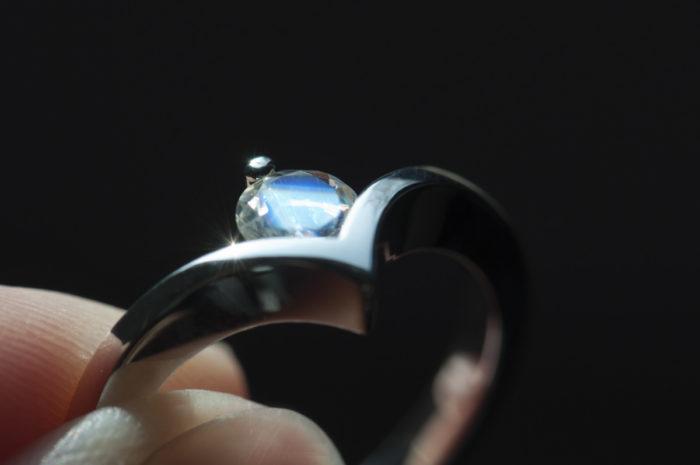 pierścionek zaręczynowy z kamieniem księżycowym