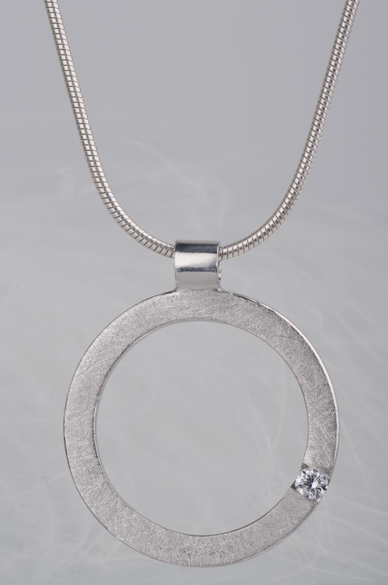 srebrna zawieszka z diamentem