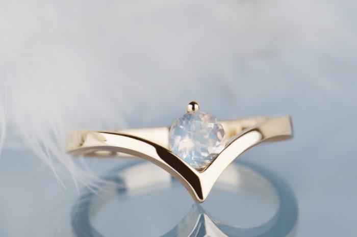 złoty pierścionek z kamieniem księżycowym
