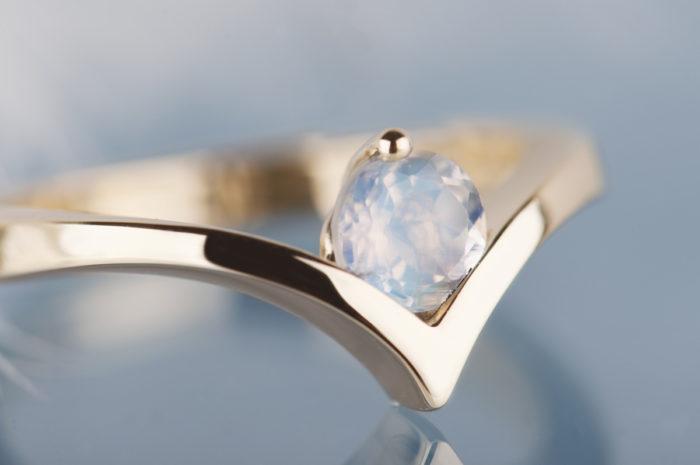 pierścionek z kamieniem księżycowym złoto
