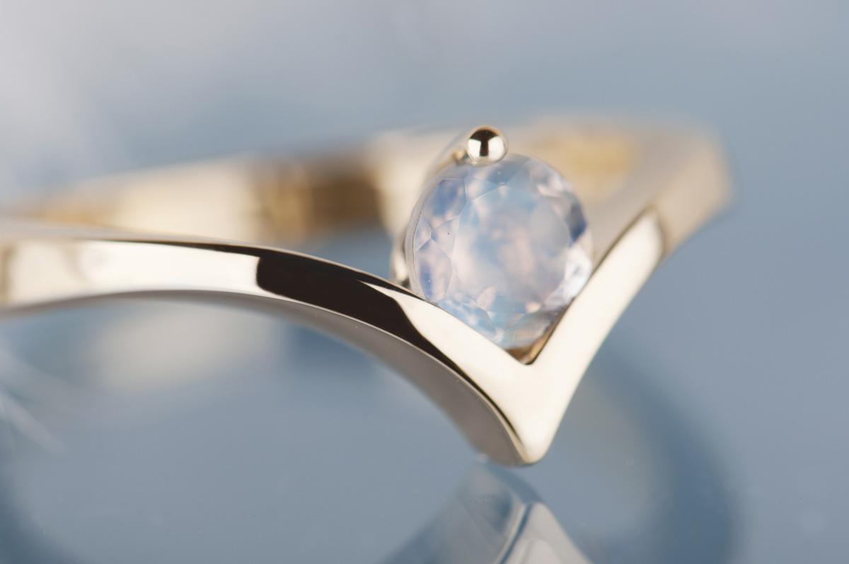 pierścionek zzółtego złota zkamieniem księżycowym