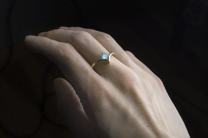 pierścioenek z żołtego złota z kamieniem księżycowym
