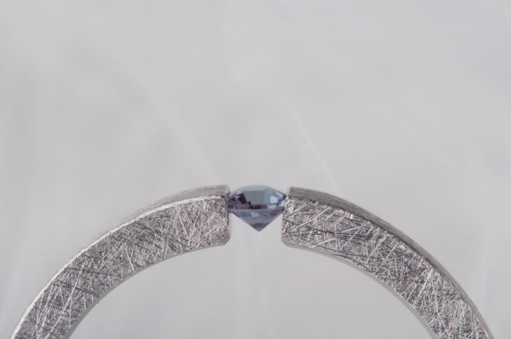 pierścionek typu tension zaleksandrytem