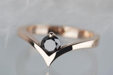 pierścionek zróżowego złota zczarnym diamentem