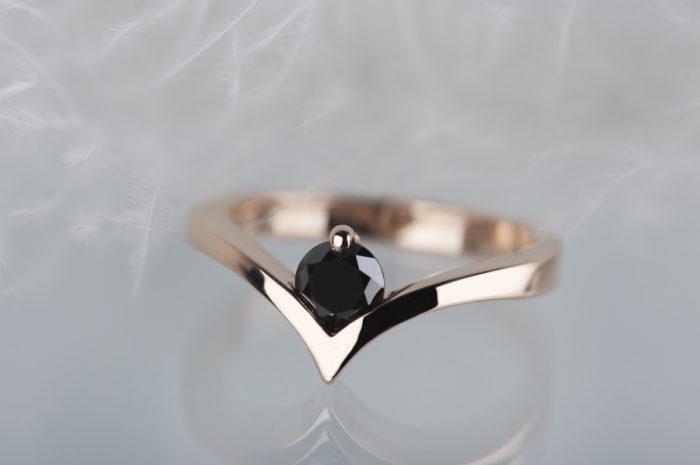 czarny diament w pierścionku z różowego złota