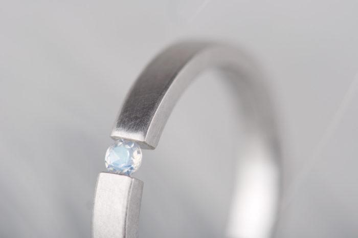 pierścionek z kamieniem ksieżycowym białe złoto