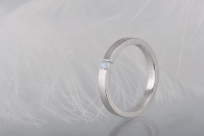pierścionek z kamieniem księżycowym białe złoto