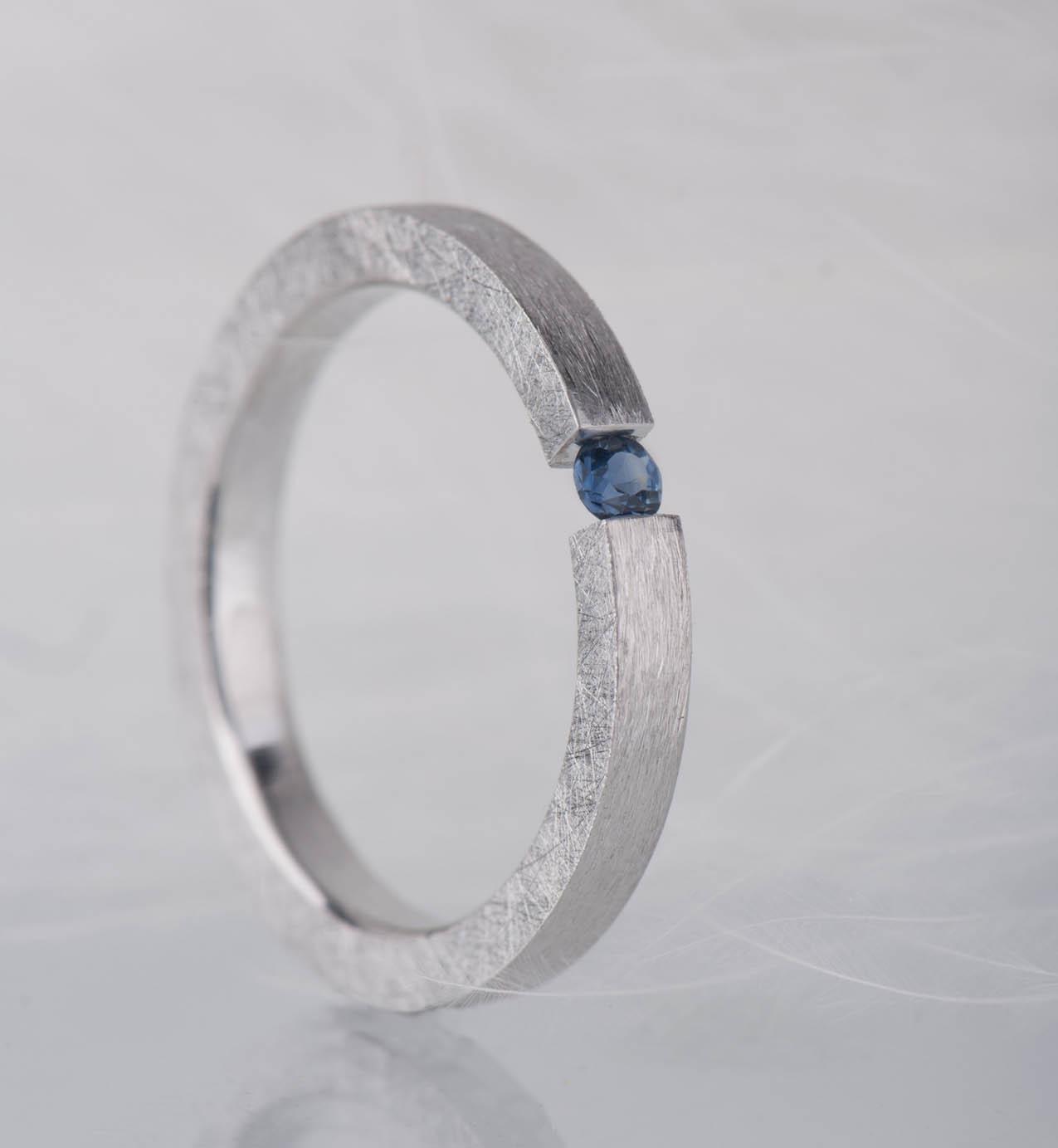 pierścionek zniebieskim szafirem
