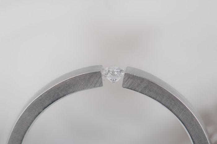 pierścionek z oprawą typu tension z diamentem