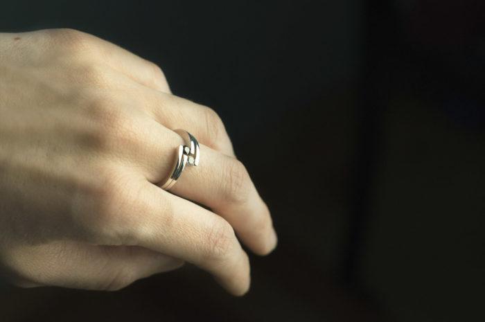 dwa pierścionki z białego złota z diamentami