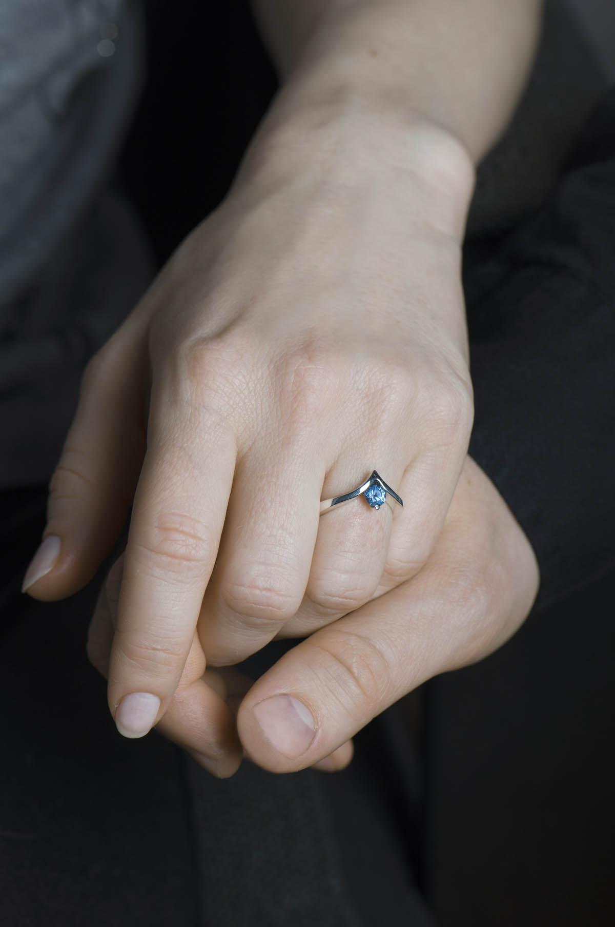 pierścionek zsyntetycznym akwamarynem