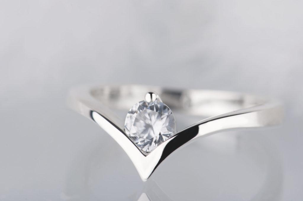 pierścionek zbiałym szafirem