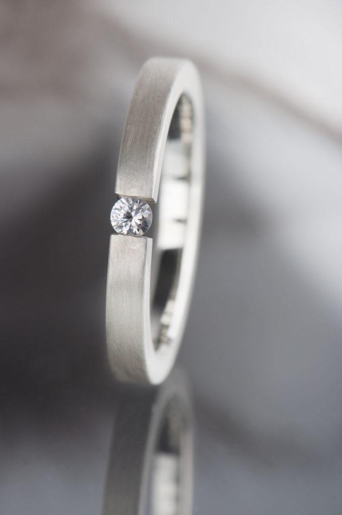 pierścionek tension zbiałym szafirem