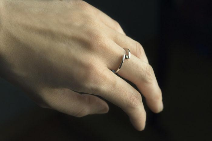 pierscionek z czarnym diamentem