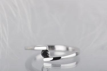 pierścionek z białego złota z czarnym diamentem