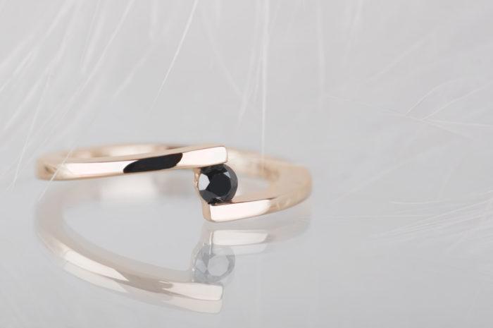 pierścionek z różowego złota z czarnym diamentem