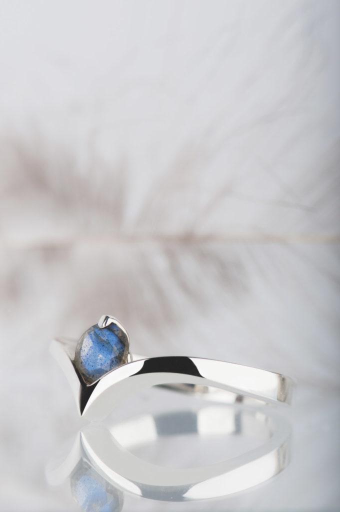 pierścionek zniebieskim labradorytem