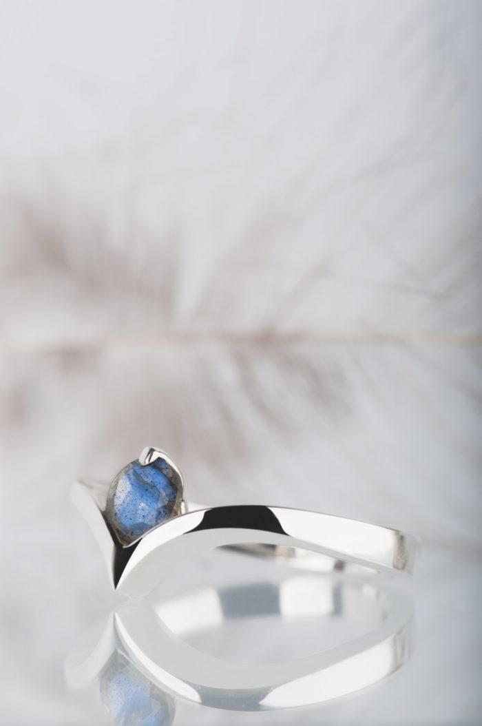 pierścionek z niebieskim labradorytem