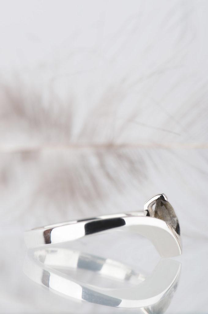 pierścionek zesrebra zfasetowanym labradorytem