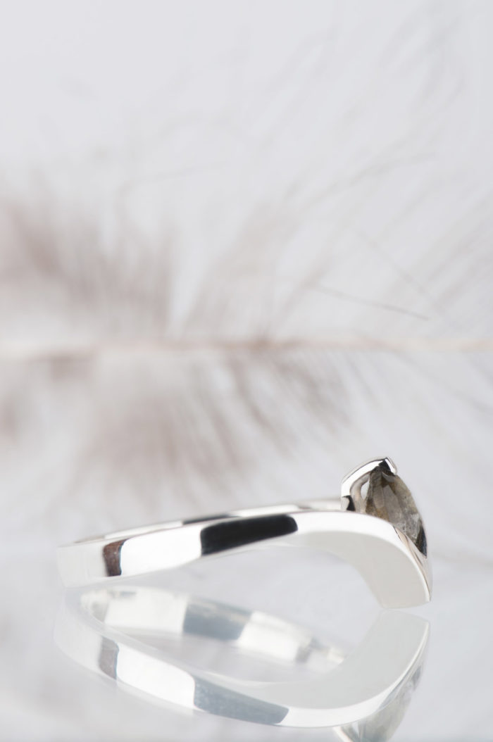 pierścionek ze srebra z fasetowanym labradorytem