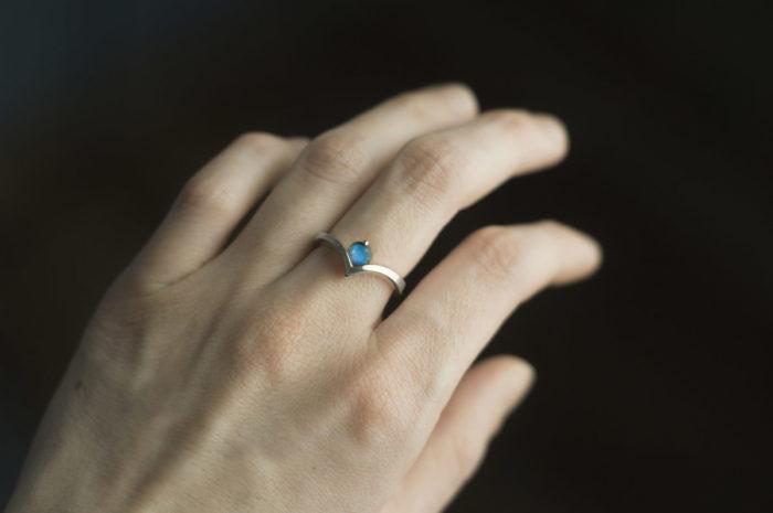 pierścionek ze srebra z niebieskim labradorytem