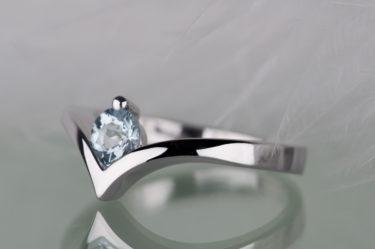 pierścionek z akwamarynem