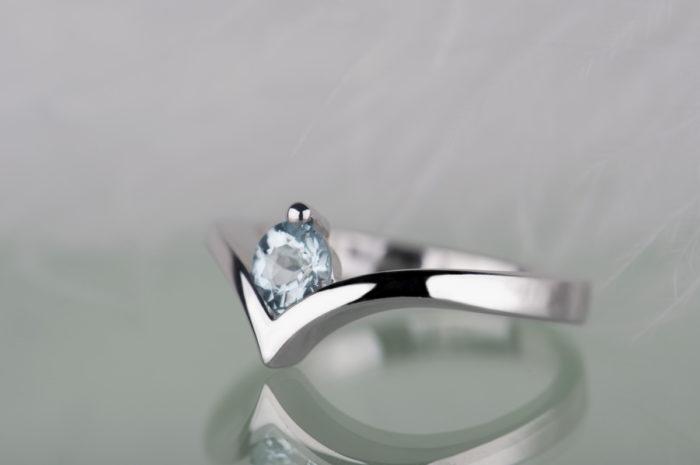 naturalny akwamaryn w srebrnym pierścionku